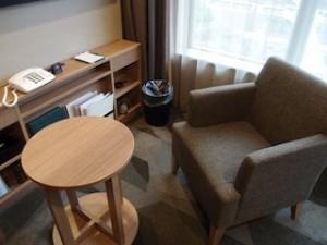 湯本富士屋ホテルの部屋のソファとテーブル