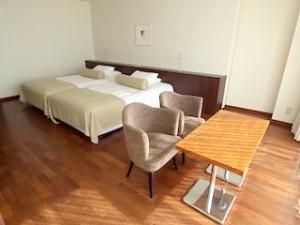 ホテルセトレ神戸・舞子の部屋のソファとベッド
