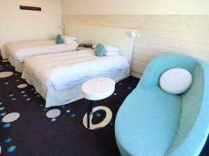 ヒルトン東京ベイ(千葉県浦安市)のセレブリオの部屋のソファからベッド
