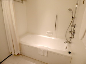 ヒルトン東京ベイ(千葉県浦安市)のセレブリオの部屋のバスルームバスタブ