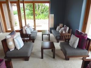 星のや竹富島のレセプションのソファ