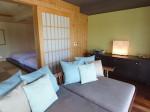 星のや竹富島の琉球畳ベッドルームとデイベッド