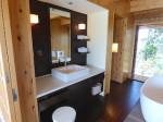星のや竹富島のバスルーム内の洗面台
