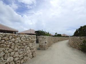 星のや竹富島の部屋の入口と部屋に続く道