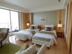 ホテルオリオンモトブリゾート&スパの部屋のリビングからベッド