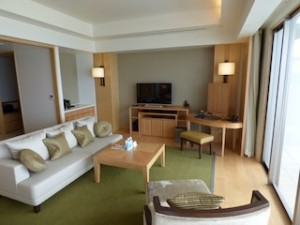 ホテルオリオンモトブリゾート&スパの部屋のリビングスペース