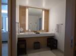 ホテルオリオンモトブリゾート&スパの部屋のバスルーム洗面台