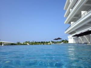 ホテルオリオンモトブリゾート&スパのインフィニティプール水面