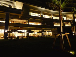 ホテルオリオンモトブリゾート&スパの夜の外観