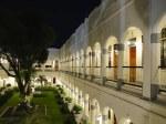 ホテルマジャパヒスラバヤの回廊夜景