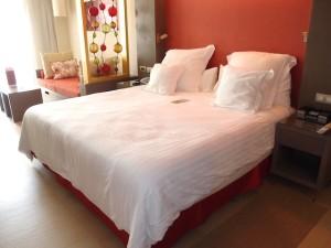 バルセロ・バヴァロ・ビーチホテル(ドミニカ共和国プンタカーナ)の部屋のベッド