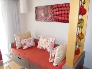 バルセロ・バヴァロ・ビーチホテル(ドミニカ共和国プンタカーナ)の部屋のソファ部分