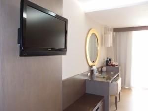 バルセロ・バヴァロ・ビーチホテル(ドミニカ共和国プンタカーナ)の部屋のライティングデスク