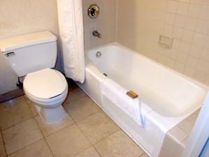 ニューヨークマリオットマーキース(アメリカ合衆国ニューヨーク)の部屋のバスルームバスタブ