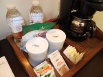 パラディサス・プンタカーナ・リゾート(ドミニカ共和国プンタカーナ)の部屋のスナックとコーヒーセット類