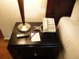 パラディサス・プンタカーナ・リゾート(ドミニカ共和国プンタカーナ)の部屋のベッドサイドテーブル