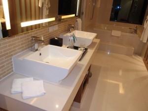 ルメリディアン・チェンマイ(タイ・チェンマイ)の部屋の洗面台とバス