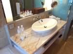 ザ・フラトンベイホテル(シンガポール)の部屋のバスルーム洗面台