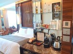 ザ・フラトンベイホテル(シンガポール)の部屋のミニバーからベッド