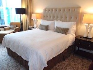 フォーシーズンズホテルシンガポール(シンガポール)の部屋のベッド