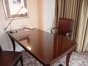 フォーシーズンズホテルシンガポール(シンガポール)の部屋のライティングデスク