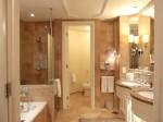 フォーシーズンズホテルシンガポール(シンガポール)の部屋のバスルーム全体