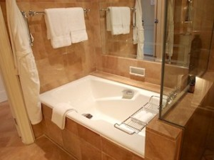 フォーシーズンズホテルシンガポール(シンガポール)の部屋のバスルームバスタブ