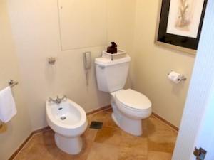 フォーシーズンズホテルシンガポール(シンガポール)の部屋のバスルーム独立トイレ