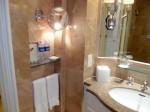 フォーシーズンズホテルシンガポール(シンガポール)の部屋のバスルーム洗面台から横の設備