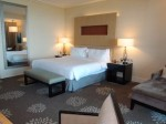 マリーナベイサンズホテル(シンガポール)の部屋のリビングスペースからベッド