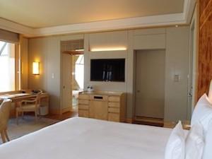 ザ・リッツ・カールトンミレニアシンガポール(シンガポール)部屋のベッドからテレビ