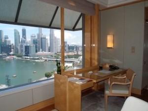 ザ・リッツ・カールトンミレニアシンガポール(シンガポール)部屋のライティングデスクと外の景色