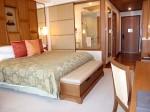 シャングリ・ラホテルチェンマイ(タイ、チェンマイ)の部屋のリビングスペースからベッド