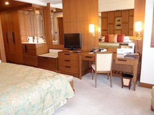 シャングリ・ラホテルチェンマイ(タイ、チェンマイ)の部屋のベッドから