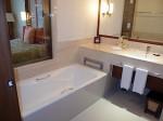シャングリ・ラホテルチェンマイ(タイ、チェンマイ)の部屋のバスルームバスタブ