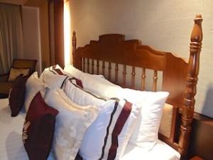 マニラホテル(フィリピン・マニラ)の部屋のベッドクッション