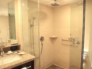 マニラホテル(フィリピン・マニラ)の部屋のバスルームシャワー室