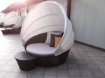 マニラホテル(フィリピン・マニラ)の屋外プールの繭型ベッド