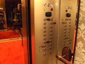 マニラホテル(フィリピン・マニラ)のエレベーター内フロアボタン縦
