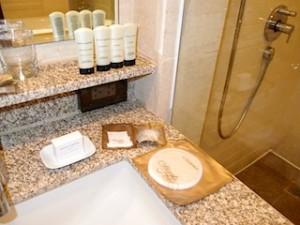 マニラホテル(フィリピン・マニラ)の部屋のバスルーム洗面台とシャワールーム