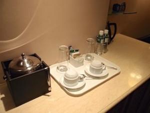 マニラホテル(フィリピン・マニラ)の部屋のミニバー、カップ類