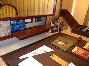 マニラホテル(フィリピン・マニラ)の部屋のライティングデスク
