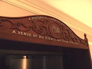 マニラホテル(フィリピン・マニラ)の部屋のテレビ台ホテルロゴ