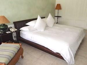 プランテーションベイリゾート&スパ(フィリピン・マクタン島)の部屋のベッド部分