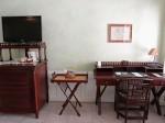 プランテーションベイリゾート&スパ(フィリピン・マクタン島)の部屋のライティングデスクとテレビ