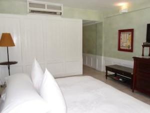 プランテーションベイリゾート&スパ(フィリピン・マクタン島)の部屋のベッドから