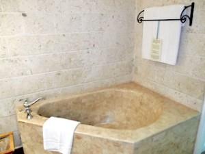 プランテーションベイリゾート&スパ(フィリピン・マクタン島)の部屋のバスルームバスタブ