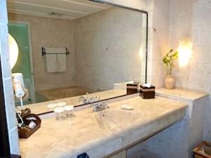 プランテーションベイリゾート&スパ(フィリピン・マクタン島)の部屋のバスルーム洗面台全体