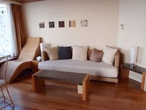 ザ・ビーチタワー沖縄の部屋、リビングスペースソファ