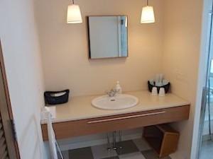 ザ・ビーチタワー沖縄のバスルーム内、洗面台